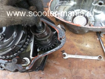 разборка-двигателя-мотороллера-муравей63